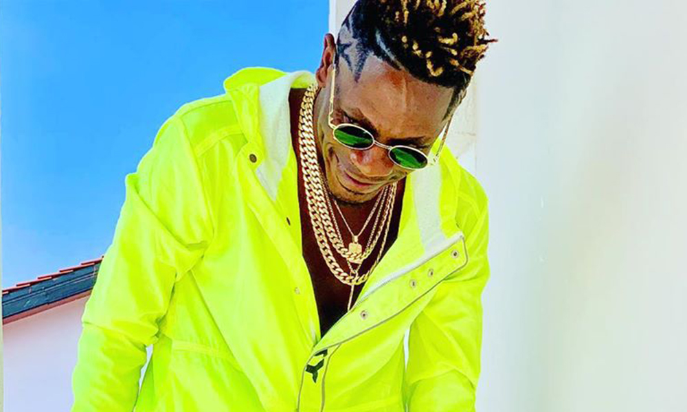 Shatta wale shares money to fans at Ada